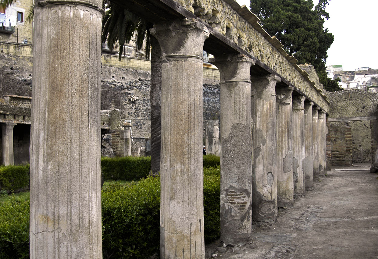 Peristyle of the House of Argus with the plastered Corinthian columns. 1st century CE. Herculaneum, The House of Argus (II, 2)