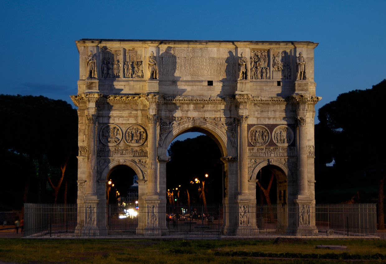 Arch of Constantinus. North side. Night view. 312—315 CE. Rome, Arch of Constantine
