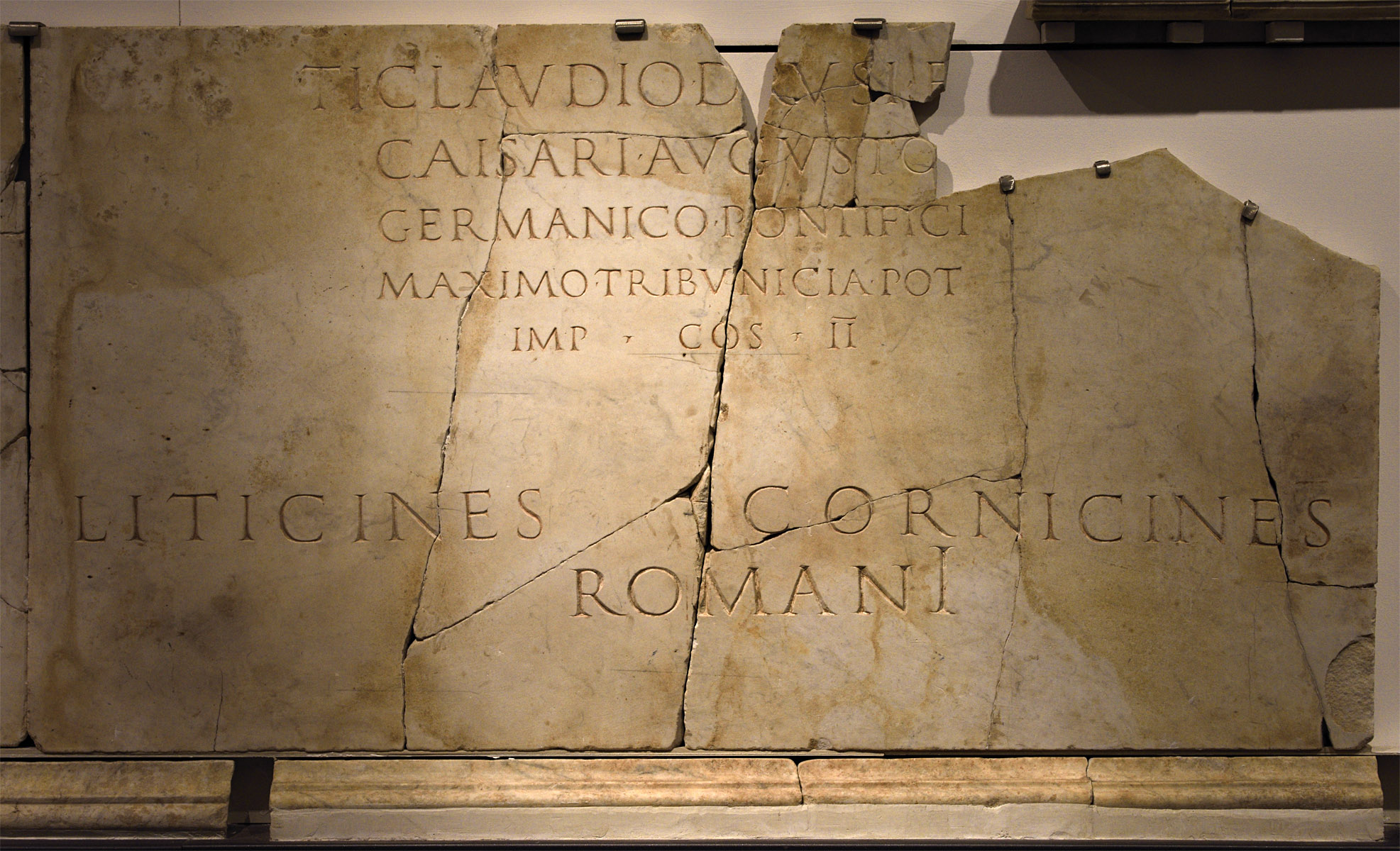 Inscription from the Curiae Veteres in honour of emperor Claudius. CIL. VI. 40307 = AE. 1996. 246. Luna marble. 55—56 CE.  Hall 5, Inv. No. 574363. Rome, Roman National Museum, Baths of Diocletian