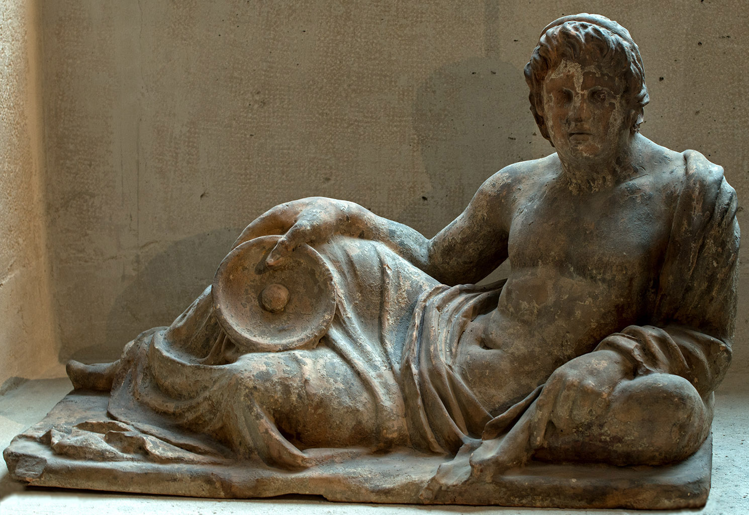 Lid of cinerary urn from Chiusi with a reclining deceased. Terracotta. Second half of the 3rd century BCE. Inv. No. S 3885. Paris, Louvre Museum