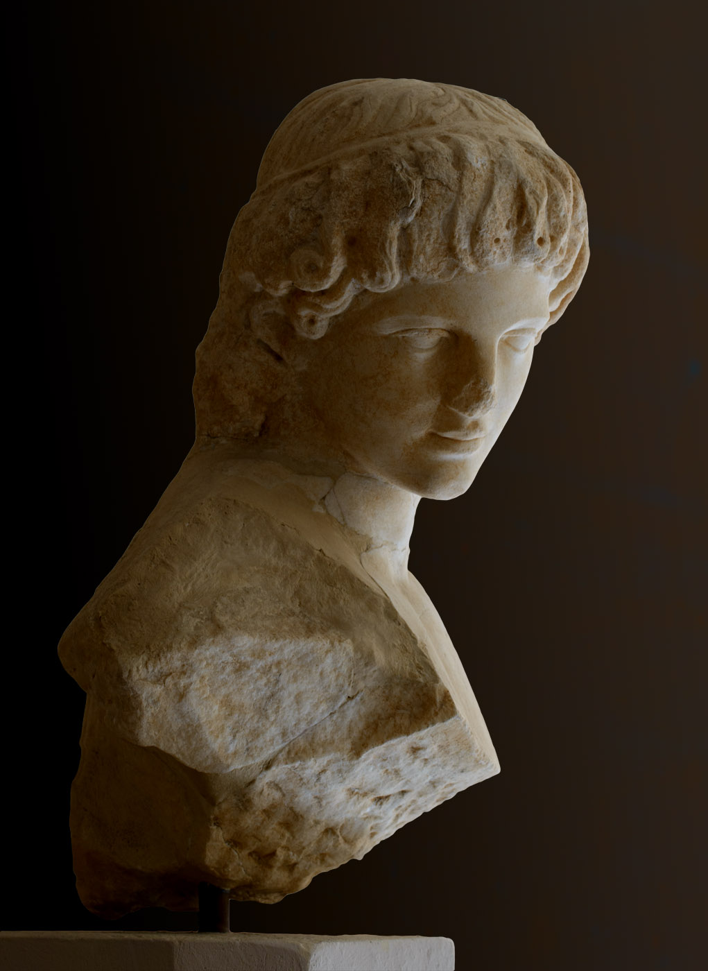 Head of youth. Fine-grained white marble. 1st—2nd century CE.  Inv. No. S 1539. Corinth, Archaeological Museum of Ancient Corinth