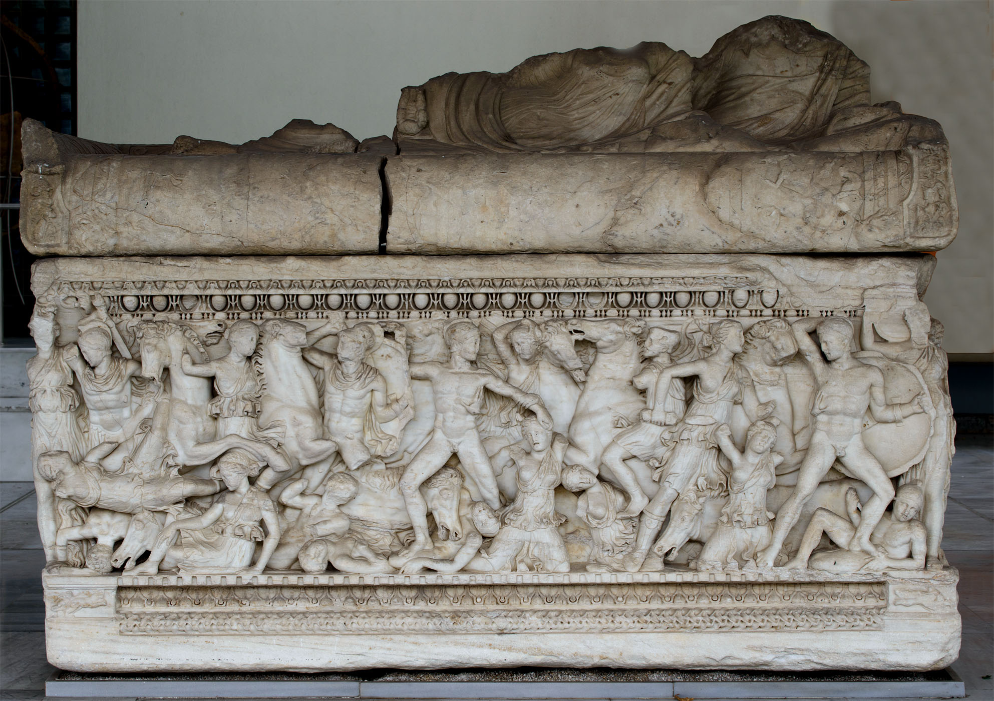 Attic sarcophagus with scenes of battles between the Greeks and the Amazons (the front side). Marble. 220—230 CE. Thessaloniki, Archaeological Museum
