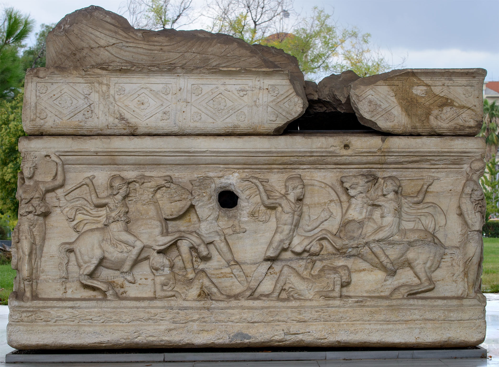 Attic sarcophagus with scenes of battles between the Greeks and the Amazons (the rear panel). Marble. 220—230 CE. Thessaloniki, Archaeological Museum