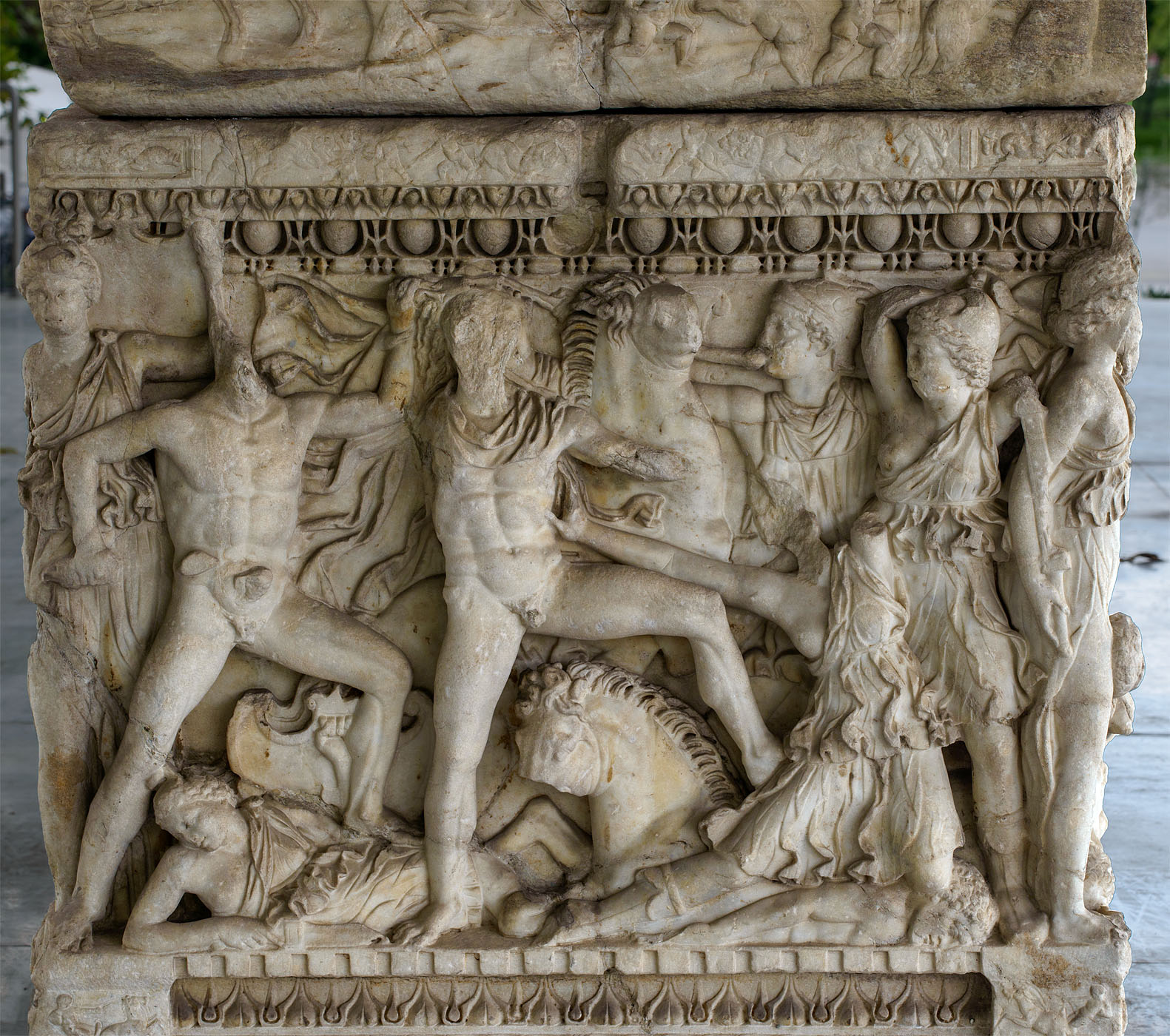 Attic sarcophagus with scenes of battles between the Greeks and the Amazons (relief of the right short side panel). Marble. 220—230 CE. Thessaloniki, Archaeological Museum