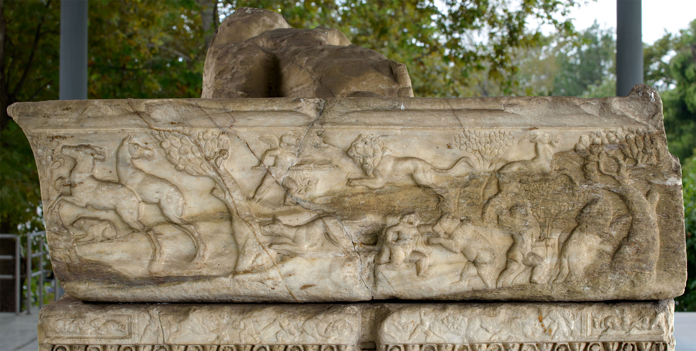 Attic sarcophagus with scenes of battles between the Greeks and the Amazons (the left short side of the lid). Marble. 220—230 CE. Thessaloniki, Archaeological Museum