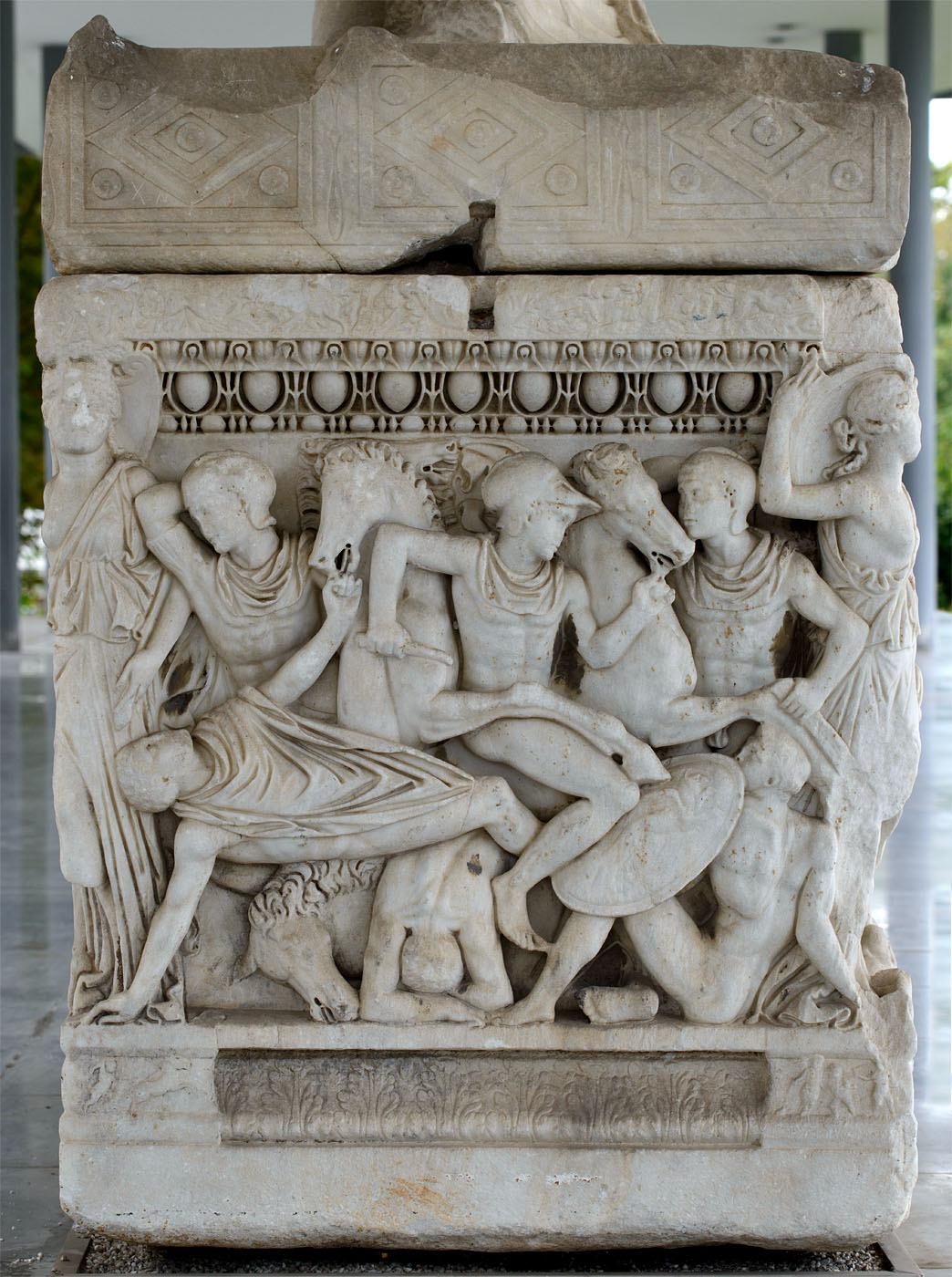 Attic sarcophagus with scenes of battles between the Greeks and the Trojan and a scene of Calydonian hunt — left short side. Marble. 220—230 CE. Inv. No. 1246. Thessaloniki, Archaeological Museum