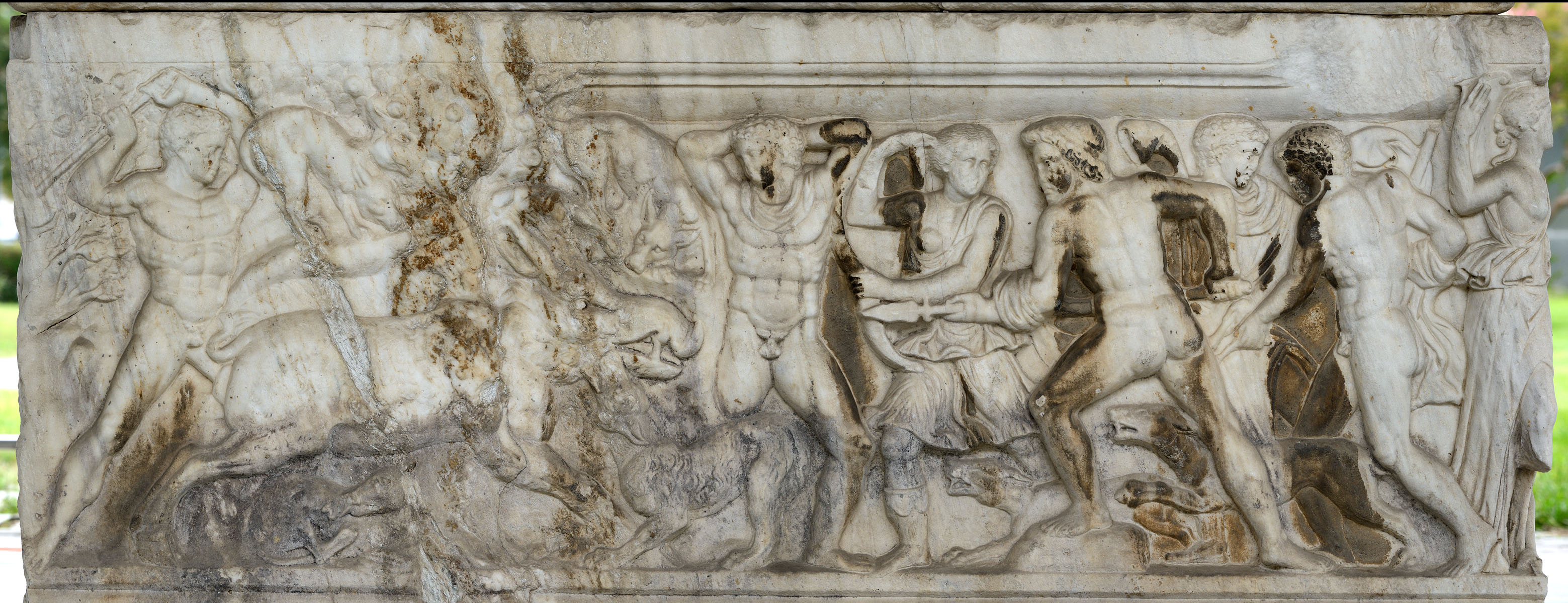 Attic sarcophagus with scenes of battles between the Greeks and the Trojan and a scene of Calydonian hunt — relief of the rear side. Marble. 220—230 CE. Inv. No. 1246. Thessaloniki, Archaeological Museum
