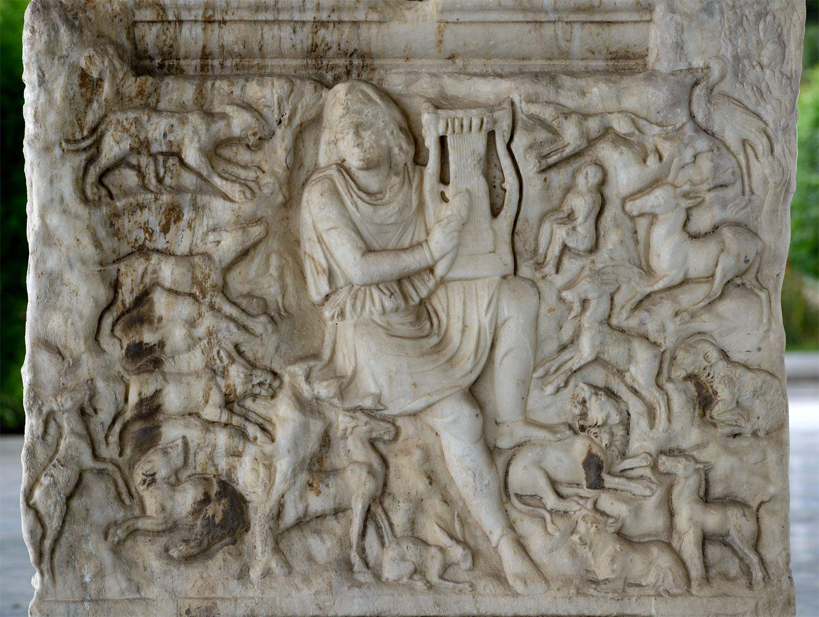 Attic sarcophagus with scenes of battles between the Greeks and the Trojan and a scene of Calydonian hunt — relief of the right short side. Marble. 220—230 CE. Inv. No. 1246. Thessaloniki, Archaeological Museum