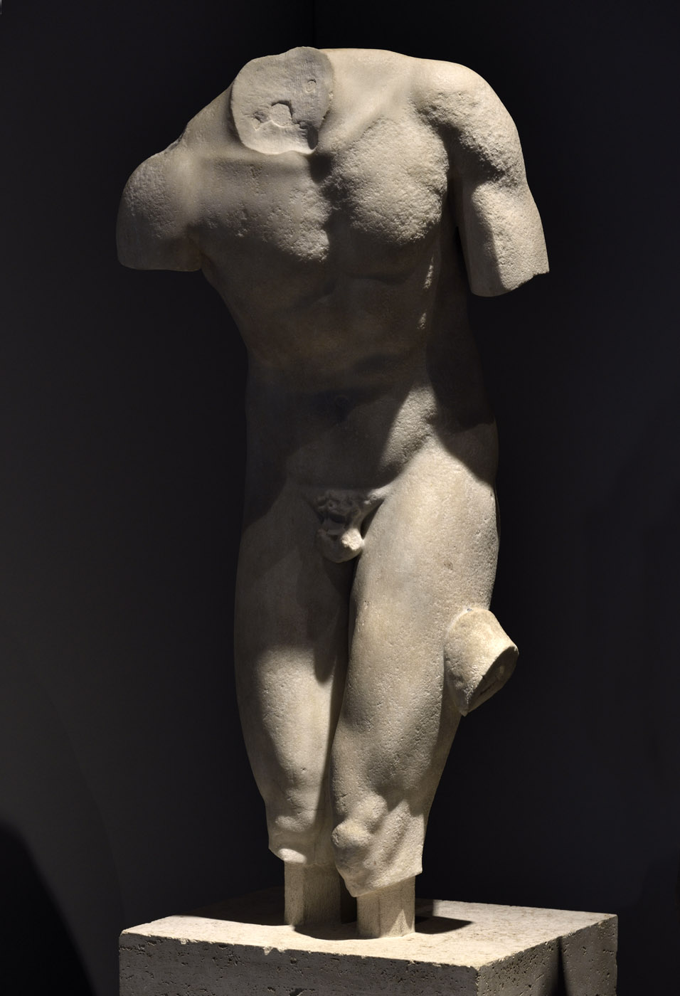 """Torso of an athlet (so-called """"Torso Valentini""""). Marble. A roman copy of ca. 100 CE after a Greek bronze model od mid-5th cent. BCE. Rome, Roman National Museum, Palazzo Massimo alle Terme"""
