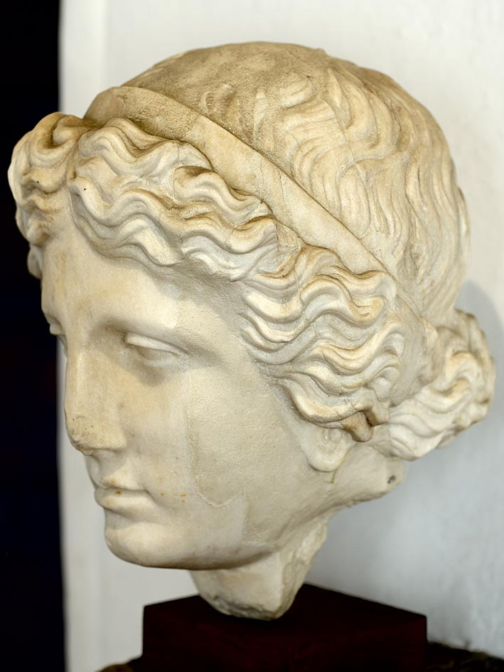 A female portrait (archetype of Agoracritus). Marble. Beginning of the 2nd century CE. Verona, Archaeological Museum