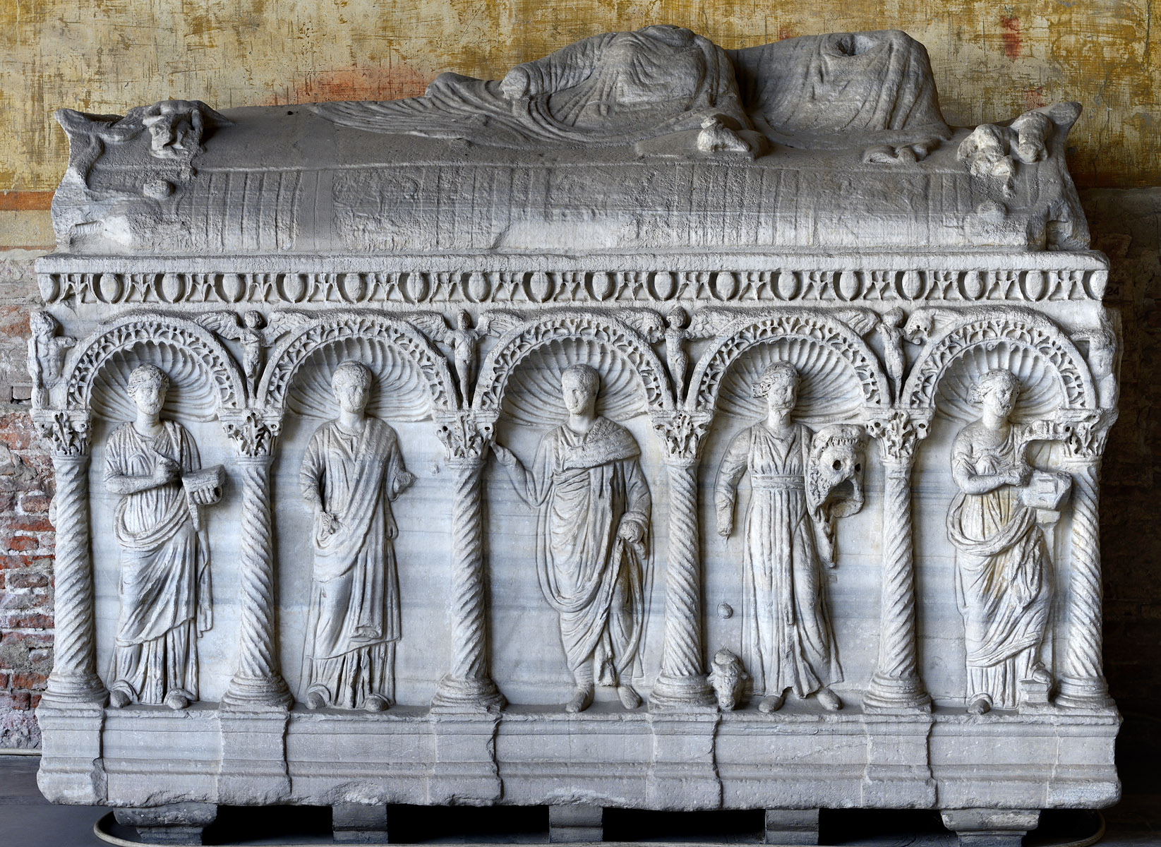 Sarcophagus with representation of the dead married couple and the Muses in arches (front panel). Marble. Rome. Ca. 250 CE. Inv. No. С 22 est. Pisa, Camposanto Monumentale
