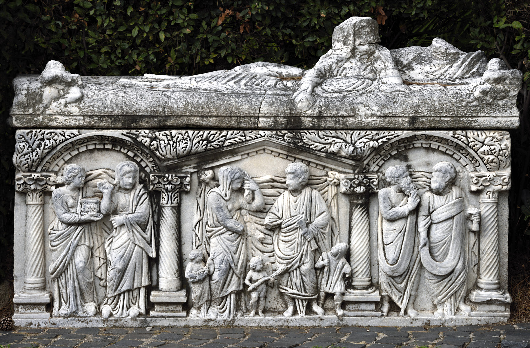 Sarcophagus in the form of a portico with arches and a lid with reclining spouses. Marble. Second half of the 3rd — first half of the 4th cent. CE. Ostia, Archaeological Museum