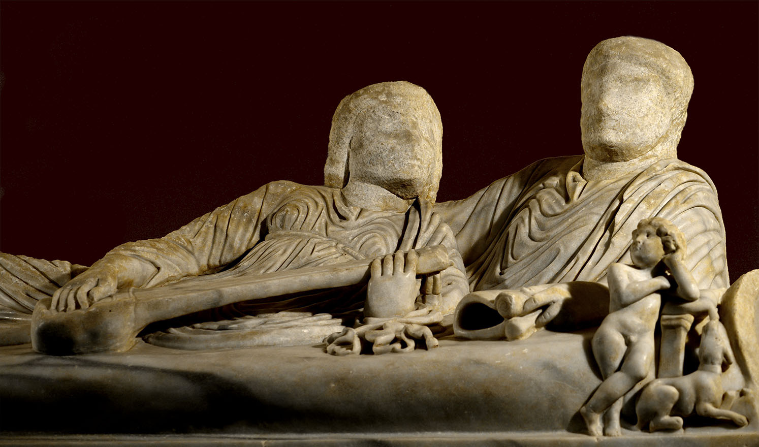 Sarcophagus with a scene of the Calydonian Hunt. The sarcophagus lid with full-length sculptural portraits of the deceased reclining on a kline (kline lid). Proconnesian marble. Mid-3rd cent. CE. Inv. No. 917. Rome, Capitoline Museums, Palazzo dei Conservatori
