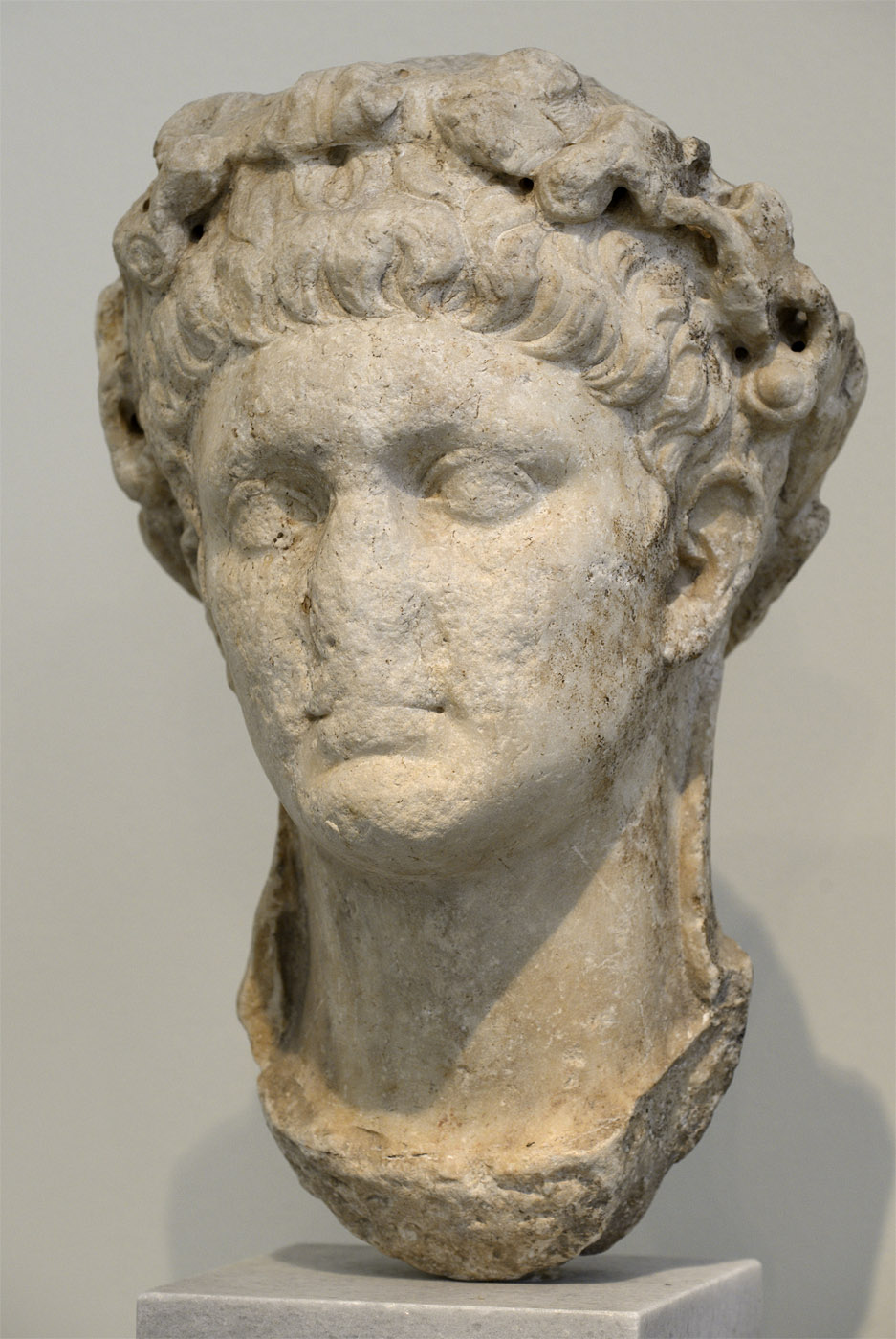 Head of Claudius wearing the wreath of oak leaves. Pentelic marble. 41—54 CE. Athens, National Archaeological Museum