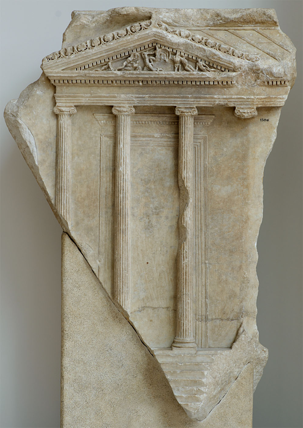 Relief with ionic temple with four columns on the front. Luni marble. 1st—2nd centuries. Inv. No. 1386. Rome, Capitoline Museums, Museum Montemartini (Centrale Montemartini), II. 70a