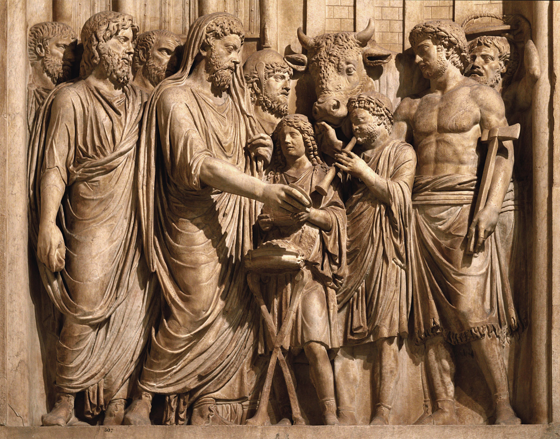 Sacrifice to Capitoline Jupiter (close-up). Relief panel from a triumphal arch (presumably). Marble. 177—180 CE.  Inv. No. MC 807. Инв. № MC 807. Rome, Capitoline Museums, Palazzo dei Conservatori, Main staircase