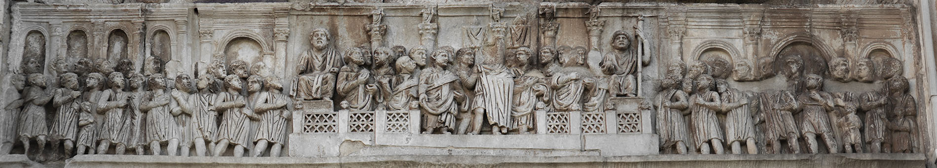 Constantine speaking to the citizens on the Forum Romanum (Oratio). Relief of the frieze on the eastern side (Constantinian frieze). Marble. 312—315 CE. Rome, Arch of Constantine