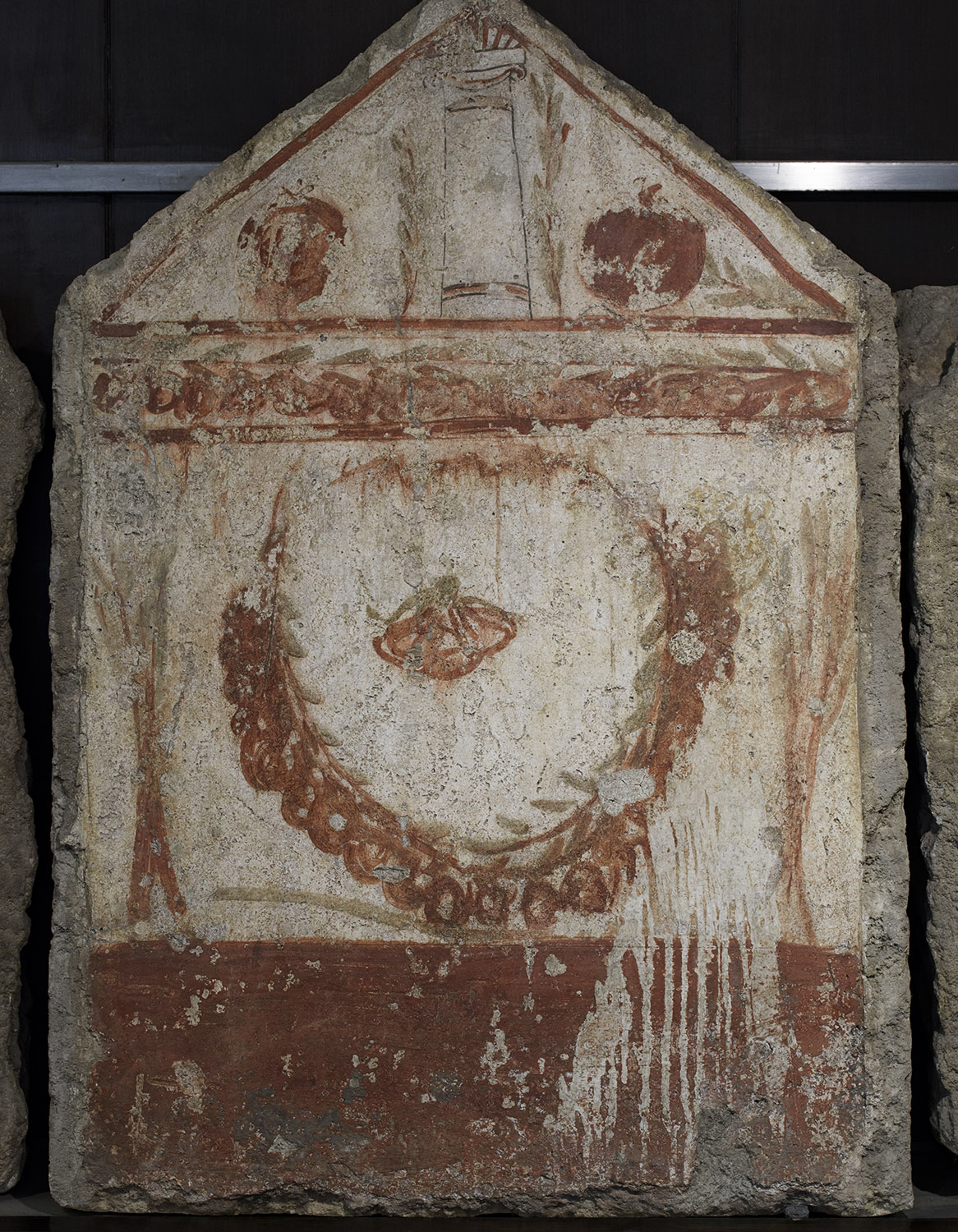 Crown between two small trees; on the pediment — a stone enclosed between branches of leaves and pomegranates. Fresco on the inside side of sarcophagus slab from a Lucanian Tomb. 370—360 BCE. Paestum, National Archaeological Museum